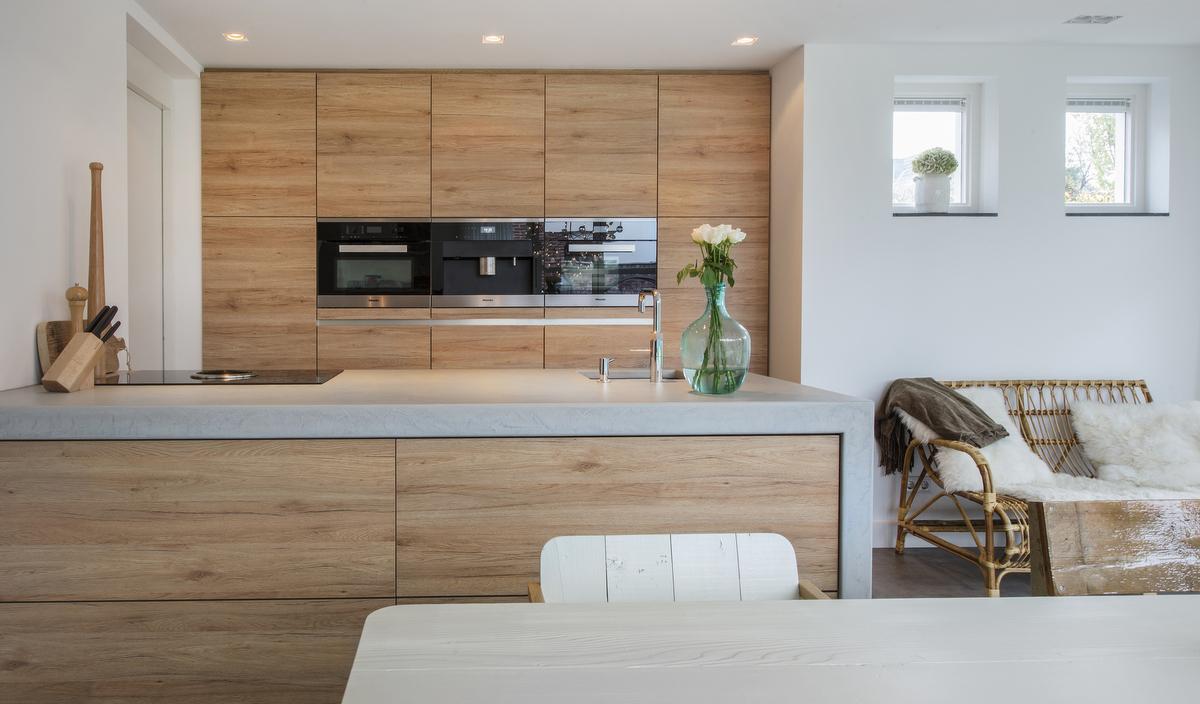 Greeploze houten keuken in serre met Quooker en onderbouw spoelbak